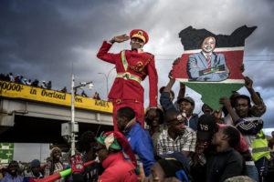 LUIS TATO/AFP | Partidaris del president Uhuru Kennyatta esperen al seu líder en un míting a Nairobi el 23 d'octubre abans de les segones eleccions