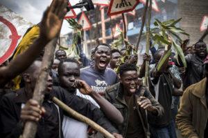 LUIS TATO/AFP | Manifestació dels partidaris de l'opositor kenià Raila Odinga al suburbi de Mathare l'endemà de les eleccions del 8 d'agost de l'any passat i que va il·lustrar el programa oficial de VISA pour l'Image