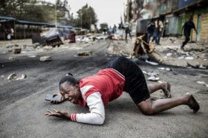 LUIS TATO/AFP | Una dona es lamenta al terra l'11 d'agost després que l'anunci dels resultats electorals hagi provocat disturbis entre els pro-Odinga i la policia al suburbi de Mathare