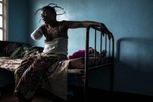 JOHN WESSELS/AFP | Una congolesa a la regió de Kasai, amputada d'un braç per una bala a causa del conflicte entre la milícia Kamwina Nsapu i l'exèrcit