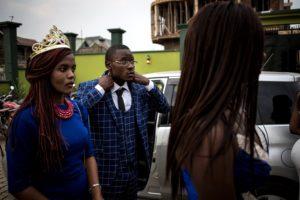 JOHN WESSELS/AFP | La reina i el rei de la universitat abans de la cerimònia d'acollida del estudiants de primer any a Beni, a l'est de la República Democràtica del Congo