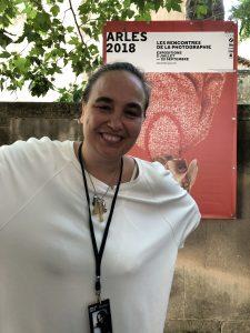 VICENÇ BATALLA | Cristina de Middel, davant del cartell dels Rencontres d'Arles 2018 amb un dels gossos de William Wegman de cap per avall
