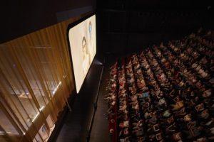 CHRISTOPHE RAYNAUD DE LAGE | El público de Joeurs, Mao II, Les noms sigue buena parte del tiempo a los actores a través de una pantalla