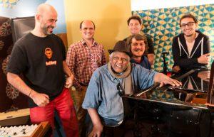 CYRIL FUSSIEN | Los cinco componentes del grupo francés Akalé Wubé con el veterano pianista Girma Bèyène, con quien han grabado el trigésimo volumen de las Éthiopiques