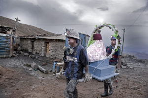 MIQUEL DEWEVER-PLANA | La vigília del Carnaval, els minaires de Potosí preparen la verge que a l'entrada dels jaciments separa el món dels sants de l'inframón d'El Tío