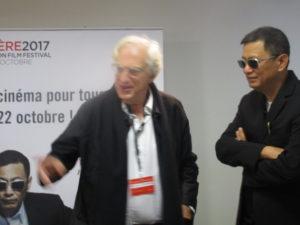 VICENÇ BATALLA | Wong, con sus inconfundibles gafas negras, al lado del presidente del Festival Lumière Bertrand Tavernier