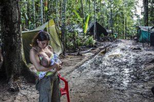 CATALINA MARTÍN-CHICO/COSMOS | L'exguerrillera de les FARC Angelina dóna el pit al seu nadó en un camp de transició durant la primavera del 2017