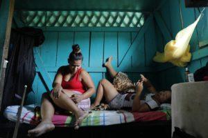 CATALINA MARTÍN-CHICO/COSMOS | Dayana, a la casa dels seus pares difunts on amb el seu company Jairo han decidit de reprendre les tasques agrícoles després d'anys de lluita armada