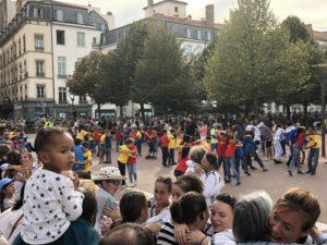 VICENÇ BATALLA | Un moment de la desfilada amb comparses de la Biennale, a la seva arribada a la plaça Bellecour, i que aquest any es va dedicar a la pau