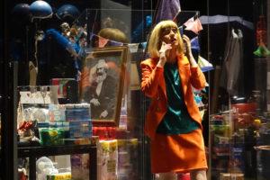 CRISTIAN GANET | La ballarina Louise Mariotte a Ligne de crête de Maguy Marin, amb el quadre de Karl Marx entre els articles de consum desplaçats a l'escenari durant la peça