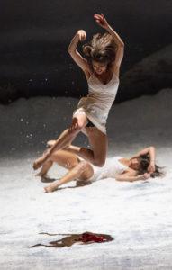 MICHEL CAVALCA | Dues de les ballarines del Ballet de l'Òpera de Lió en plena exigència atlètica per a 31 rue Vandengranden, de la companyia Peeping Tom