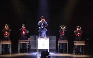 MICHEL CAVALCA | Els membres del Tokyo Gegeay's High School: Bow, Marie, Miku, Yuyu i el transformista Mikey al mig