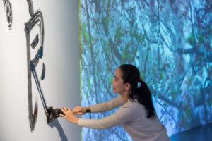 HERVÉ VERONESE | Naomi Kawase caligrafiando<em> verano</em> en la inauguración de la exposición-retrospectiva con Isaki Lacuesta en el Centro Pompidou de París el pasado 23 de noviembre