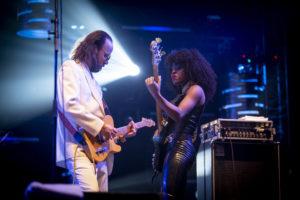 NICOLAS JOUBARD |El líder del grup Arp Frique d'afrodisco Niels Nieuborg, amb la baixista Marinolah Copra
