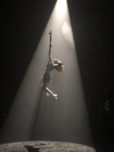 VICENÇ BATALLA | L'aventurera Aloïs Sauvage, al final dels seus concerts a L'Aire Libre penjant-se d'una corda de circ