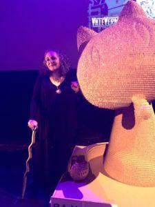 VICENÇ BATALLA | La ganadora de la Fauve d'Or del Festival de Angulema, Emil Ferris, al lado del personaje que ilustra el trofeo
