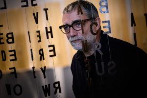 ARXIU MACBA | L'escultor Jaume Plensa, enmig de la cortina de l'obra Gückauf? de la seva retrospectiva al Museu d'Art Contemporani de Barcelona