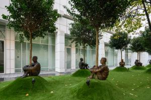ARXIU MACBA | Les escultures al mig del bosc de Jaume Plensa, situades entre el MACBA i el Centre de Cultura Contemporània de Barcelona