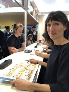 VICENÇ BATALLA | Cathérine Meurisse, preparándose para las dedicatorias en el estand de Dargaud en el Festival de Angulema