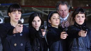 ARXIU | Les quatre actrius principals de <em>La flor</em>, amb un dels actors secundaris, al tercer episodi ambientat en l'època dels espies de la Guerra Freda
