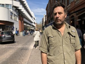 VICENÇ BATALLA | El director Mariano Llinás, en un carrer de Tolosa durant el festival Cinélatino 2019