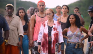ARCHIVO | Sonia Braga, en primer plano, en la distopía Bacurau en medio del noreste brasileño