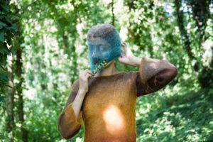 ARXIU | Deena Abdelwahed, amb una de les màscares que l'hi dissenya l'artista alemany Judas Companion