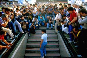 ARCHIVO | Maradona, en la presentación en el estadio San Paolo de Nápoles procedente del Barça en 1984