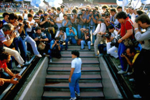 ARXIU | Maradona, a la presentació a l'estadi San Paolo de Nàpols procedent del Barça el 1984