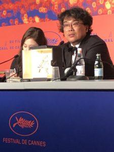 VICENÇ BATALLA | El director sud-coreà Bong Joon-ho, amb la seva Palma d'Or per Gisaengchung (Parasite)
