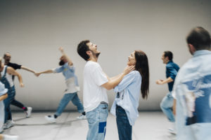 ALICE BRAZZIT | Imatge més general de la rotllana que els ballarin·e·s fan rient durant més de cinquanta minuts