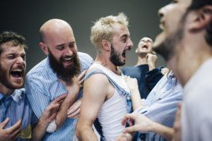 ALICE BRAZZIT | Bailarine·a·s d'Augusto en pleno éxtasis de risa, en la pieza de Alessandro Sciarroni