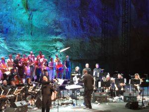 VICENÇ BATALLA | Mathew Herbert, llançant un avió de paper amb missatge a l'espectacle The Mathew Herbert Brexit Big Band al Teatre Grec