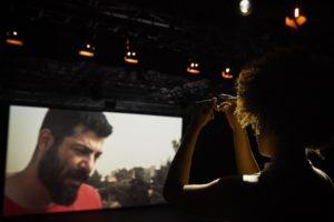 CHRISTOPHE RAYNAUD DE LAGE | Un testimoni sirià exiliat a Beirut a través de la pantalla, al <em>Present que desborda-La nostra odissea II</em> de Christiane Jatahy