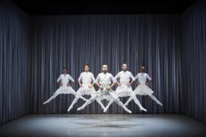 CHRISTOPHE RAYNAUD DE LAGE | Els cinc ballarins de l'espectacle <em>Oskara</em>, de Kukai Dantza