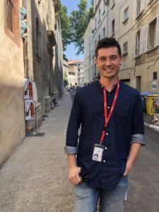 VICENÇ BATALLA | Jon Maya, el director de Kukai Dantza, en las calles de Aviñón durante el festival