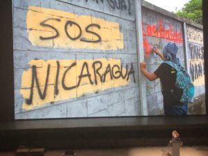 VICENÇ BATALLA | La fotògrafa Susan Meiselas, presentant al Teatre Antic d'Arles fotos seves i d'altres sobre la situació actual a Nicaragua