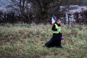 © OLIVIER CORET/DIVERGENCE PER LE FIGARO MAGAZINE | Un capellà s'uneix a les armilles grogues a Grand Bourgtheroulde, a Normandia, on 600 alcaldes hi fan un debat amb el president Macron el 15 de gener de 2019