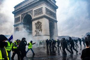 © OLIVIER CORET/DIVERGENCE PARA LE FIGARO MAGAZINE | Enfrentamientos en el Arco de Triunfo entre chalecos amarillos y policías, el uno de diciembre de 2018