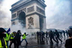 © OLIVIER CORET/DIVERGENCE PER A LE FIGARO MAGAZINE | Enfrontaments a l'Arc de Triomf entre armilles grogues i policies, l'u de desembre de 2018