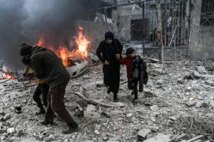 © Abdulmonam Eassa / AFP | Civils corrent per escapar dels bombardejos aeris atribuïts a forces russes i sirianes a la ciutat d'Hamouria en mans dels rebels, a la Guta, a l'est de Damasc, el 6 de gener del 2018