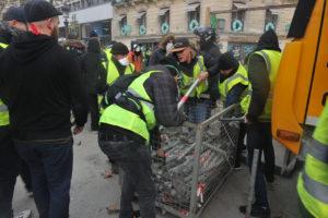 © ÉRIC HADJ PER PARIS MATCH | Armilles grogues es fan amb projectils a París el 24 de novembre de 2018