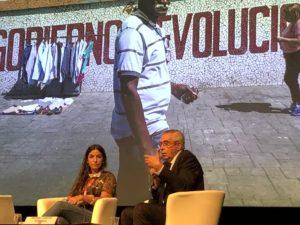 VICENÇ BATALLA | Adriana Loureiro, amb l'alcalde de Perpinyà Jean-Marc Pujol, en un encontre amb el públic a Visa pour l'Image
