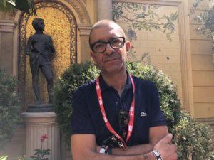 VICENÇ BATALLA | El fotoperiodista Éric Hadj, al jardinet de l'Hôtel Pams de Perpinyà on hi havia la seva exposició sobre les armilles grogues