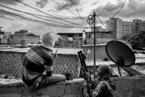 © ÁLVARO YBARRA ZAVALA | Membres d'un gang en un barri de Caracas vigilant un punt estratègic, el 2015