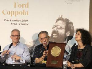 VICENÇ BATALLA | Francis Ford Coppola, amb el seu Premi Lumière, acompanyat a la roda de premsa del director del festival, Thierry Frémaux, i la traductora Massoumeh Lahidji