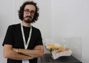 SILVIA LIZARDO | L'artista-científic Albert Barqué-Duran, a l'Ars Electrònica de Linz, a Àustria, amb un troç de l'emoticona gegant creada al Disseny Hub de Barcelona