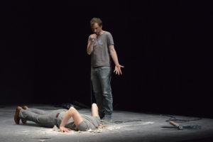 BEABORGERS | L'actor Arnaud Boulogne, observant com el seu company Halory Goerger endinsa el cap sota l'escenari