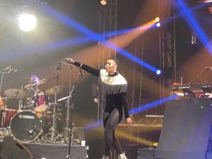 VICENÇ BATALLA | La sud-africana Sisanda Myataza del grup Songø, i el bateria burkinès Petit Piment de fons
