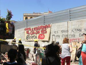 WIKIMEDIA COMMONS/JEY86 | L'oposició dels activistes contra l'enderrocament de Can Vies a Sants, el maig del 2014